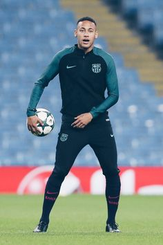 Neymar of Barcelona looks on during a training session ahead of the UEFA Champions League match between Manchester City and Barcelona at the City Football Academy on October 2016 in Manchester, England. Neymar Jr, Neymar Football, Soccer Boys, Soccer Stars, Soccer Drills, Football Players, Psg, Fc Barcelona Neymar, Sports Uniforms