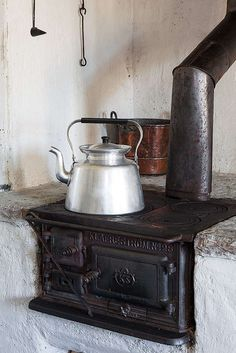 Klassisk vedspis i köket. Kitchen Dinning, Old Kitchen, Rustic Kitchen, Rustic Industrial, Modern Rustic, Wood Stove Heater, Tent Living, Old Stove, Stove Fireplace