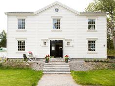 Hudson - Storslaget hus i serien Ocean Living från Myresjöhus European House, Exterior Colors, New England, Beautiful Homes, Building A House, Garage Doors, Farmhouse, Ocean, Mansions