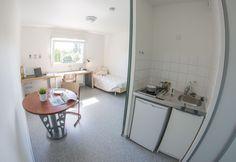 Coin cuisine du studio 1 personne avec plaques de cuisson et réfrigérateur intégré. Maurice, Studio, Kitchen Nook, Stove Top Grill, Studios