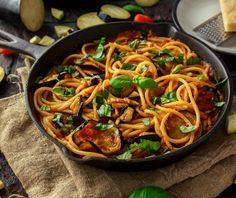 Pasta alla norma, delicia siciliana - Cocina y Vino Salsa, Food Categories, How To Cook Chicken, Japchae, Vegetable Recipes, Thai Red Curry, Entrees, Meal Prep, Spaghetti