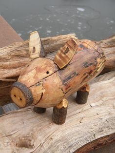 See just how easy it is to make a Country Decor Firewood Piggy Bank. See just how easy it is to make a Country Decor Firewood Piggy Bank.DIY Firewood Piggy Bank easy how to make video. This video shows how easy it is to transform a piece of firewood Diy Wood Projects, Woodworking Projects, Fine Woodworking, Wood Log Crafts, Pig Crafts, Home Crafts, Wood Animal, Wood Creations, Nature Crafts