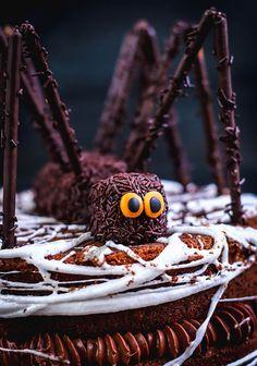 Recette d'Halloween : le gâteau araignée ! #halloween #recette #gâteau Desserts For A Crowd, Fancy Desserts, Halloween Cakes, Halloween 2019, Salted Caramel Chocolate Tart, Tea Tray, Diet Challenge, Creme Brulee, Makeup For Brown Eyes