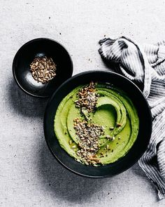 I hope you're all enjoying the warmer weather, the blossoms and buds, more time outside breathing fresh air, and all the green things. This Green Pea Hummus from my friend Eva& Superfood, Pain Garni, Healthy Afternoon Snacks, Vegetarian Recipes, Healthy Recipes, Healthy Dips, Hummus Recipe, Green Peas, Foodblogger