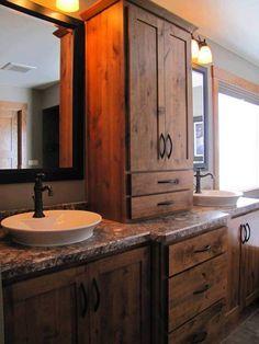 baño con muebles de madera rustica
