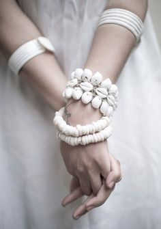 A lovely summer detail now in shop ~ ˢᴹᴬᴸᴸ ˢᴴᴱᴸᴸ ᴮᴿᴬᶜᴱᴸᴱᵀ Look Boho, Bohemian Style, Boho Chic, White Bohemian, Love Warriors, Ibiza Fashion, Shell Bracelet, Jolie Photo, Shades Of White