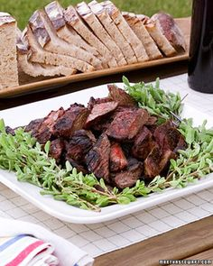 Eberhard's Marinated Skirt Steak-Chef Eberhard Mueller's marinade is a mouthwatering blend of sherry vinegar, garlic habanero peppers, fresh marjoram, and molasses. Skirt Steak Recipes, Beef Recipes, Grilling Recipes, Healthy Recipes, Marinated Skirt Steak, Leftover Steak, Martha Stewart Recipes, Ribs On Grill, Stuffed Hot Peppers