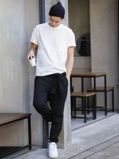 Minimalist outfit with white oversized tee-shirt and a fluid trouser. The white sneakers fit perfectly in this look Moda Sneakers, Sneakers Mode, Sneakers Fashion, Cute Sporty Outfits, Teen Outfits, Club Outfits, Fashion Outfits, Stylish Men, Men Casual
