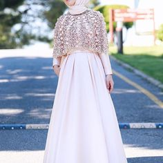Tesettür Nişanlık Modelleri 2020 - Tesettür Modelleri ve Modası 2019 ve 2020 Hijab Gown, Hijab Dress Party, Hijab Style Dress, Muslim Women Fashion, Islamic Fashion, Abaya Fashion, Fashion Dresses, Modele Hijab, Hijab Bride