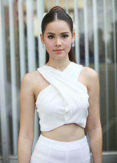 Thai Wedding Dress, Modern Portraits, Thai Dress, Face Photography, Girl Short Hair, Traditional Dresses, Girl Hairstyles, Asian Beauty, Gossip Girl