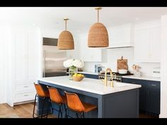 51 Ideas kitchen renovation modern bar stools for 2019 Updating Oak Cabinets, Kitchen Wall Cabinets, Kitchen Storage, Small American Kitchens, Modern Bar Stools, Studio Kitchen, Kitchen Models, French Home Decor, Kitchen Styling