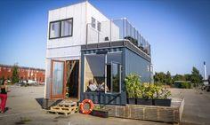 CPH Shelter: casas de contenedores con materiales ecológicos. La firma danesa CPH Containers ha desarrollado unas casas de contenedores que están fabricadas en taller, son ecológicas, y se envían a cualquier parte. Estas viviendas poseen todas las ventajas de la arquitectura prefabricada modular, se construyen con materiales reciclados, sin pintar, y poseen un estupendo control de la ventilación. Con cocina, baño, dormitorio, sala, e instalaciones.  #CasasPrefabricada