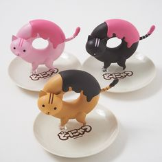 Animals with sweets as bodies living in a decaying Tokyo?! Welcome to the world of Donyatsu! Donyatsu is a manga created by Kozaki Yusuke about a post-apocalyptic Japan whose only residents are animals shaped like a variety of sweets, from donuts and bagels to macarons and baumkuchen! These figures are of Donyatsu, Strawberry Donyatsu, and Chocolate Donyatsu. They are cute enough to collect even if you haven't read the hilarious manga yet!