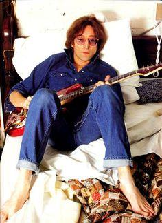 John Lennon photographed in The Dakota on this day in 1980. (December 3rd 1980.) Imagine John Lennon, John Lennon Yoko Ono, John Lennon Beatles, Beatles Guitar, Paul Mccartney, Ringo Starr, George Harrison, Pop Rock, Rock N Roll