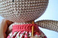 Es un Mundo Amigurumi: Patrón Coneja con Flores Crochet Rabbit, Straw Bag, Decorative Bowls, Diy Crafts, Dolls, Cute, Ideas, Animals, Diy And Crafts