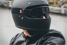 The Biltwell Gringo combines classic 70s style with todays contemporary safety features. The retro full faced helmet is more than just style though, it features a seamless injection-molded ABS outer shell, a shock-absorbing EPS inner shell, and a rem