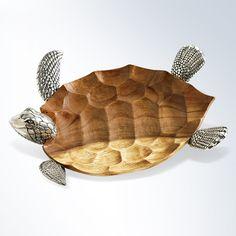 Bildschöne Wasserschildkröte, deren Körper aus edlem Koa-Akazien-Holz geschnitzt ist. Ihre Flossen sowie der ausdrucksstarke Kopf sind aus gegossenem Zinn.