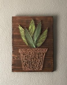 A simple feather that is beautifully handcrafted and strung.) string art feather board Standard board is stained dark walnut, String Art Templates, String Art Tutorials, String Art Patterns, String Art Diy, Diy Wall Art, Diy Art, Wall Art Sets, Diy And Crafts, Arts And Crafts