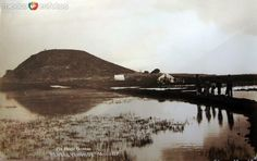 El cerro del Peñon, por el rumbo del Aeropuerto Internacional de la Ciudad de México.  Imagen del fotógrafo Hugo Brehme hacia 1930.