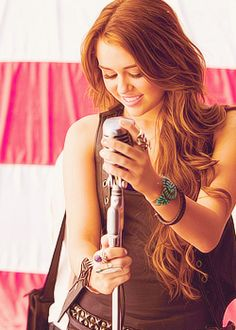 I've never been a fan of Miley Cyrus, I'm just a fan of her hair. (At least, what her hair USED to be like) Old Miley Cyrus, Miley Cyrus Hair, Miley Cyrus Style, Thalia, Lady Gaga, Hannah Miley, Red Hair Inspiration, Miley Stewart, Hair Addiction