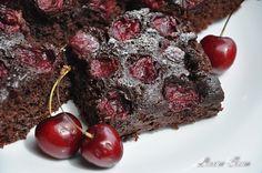 Sper din tot sufletul sa incercati aceasta prajitura de post cu fructe (noi, cirese :D ), pentru ca e cu adevarat un deliciu!!! Data viitoare vreau s-o testezcu caise, taiate pe jumatate si Something Sweet, Raw Vegan, Vegan Recipes, Deserts, Food And Drink, Sweets, Cookies, Chocolate, Meat