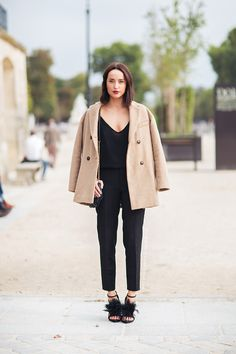 """Simple outfit, touch of color trough this """"caban"""", and craziness with those shoes. Street Chic, Street Wear, Quoi Porter, St Style, Ootd, Look Chic, Autumn Winter Fashion, Winter Wear, What To Wear"""