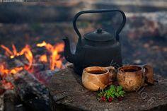 Kahvia luonnossa - kahvi kahvinkeitto luonnossa nokipannu nuotiokahvi nuotiokahvit nuotiopaikka retki retkieväs erätuli nokinen alumiininen kahvipannu alumiinipannu pannukahvi porokahvi pannu musta tuli liekki nuotio retkeily erä liekit astia eräretki eväs puun poltto polttopuu luontomatkailu kuksa kuksat metsämarjat puolukka syksy astia muki kuppi asetelma