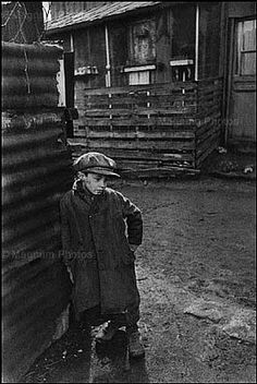 Henri Cartier Bresson: taken in the Bresson shows the character of a little boy who is suffering under the conditions of the Nazi reign. This is a portrait image. Candid Photography, Digital Photography, Amazing Photography, Street Photography, Bird People, Henri Cartier Bresson Photos, Che Guevara, Robert Doisneau, Famous Photographers
