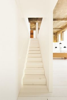 Here are 41 examples if minimal interior design Let us know what you think in the Perfectly Minimal and Inspiring Perfectly Minimal Living Areas For Your Perfectly Minimal Bathrooms To Use For Inspiration Banquettes, Interior Stairs, Interior Architecture, Exterior Design, Interior And Exterior, Stair Lighting, Minimal Living, Modern Interior Design, Interior Ideas