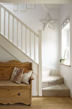 45 Ideas Stairs Entrance Hall Stairways For 2019 House Stairs, Carpet Stairs, Cottage Staircase, White Staircase, Curved Staircase, Stair Railing, Style At Home, Cottage Shabby Chic, Flur Design