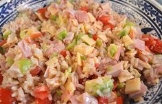 Koude rijstsalade met ham, kaas en paprika