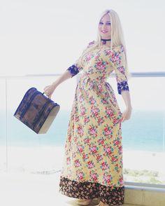 Невероятно женственное платье в пол не оставит равнодушными любительниц ретро стиля 50-х годов прошлого столетия. Немного завышенная линия талии в паре с пышной юбкой, неглубоким декольте и обтягивающим лифом, мягкая ткань в мелкие цветочки, декоративные манжетики и подол. Почему я так люблю платья в стиле ретро? Потому что эти фасоны подчеркивают изящность женской фигуры.