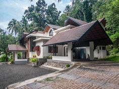 Kerala: This bungalow brings together the past and the present Kerala Traditional House, Traditional House Plans, Tropical House Design, Kerala House Design, Village House Design, Bungalow House Design, Beautiful House Plans, Front Porch Design, Kerala Houses