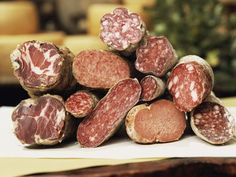 A guide to some of the most common Italian salamis, cold cuts, and charcuterie. They are often made from pork: salami, prosciutto, and other meats. Salami Recipes, Prosciutto Recipes, Meat Recipes, Wine Recipes, Italian Salami, Italian Meats, Italian Pasta, Charcuterie Plate, Recipes