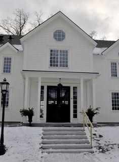 I fredags var jag på besök i ett av husen som jag har ritat. Som arkitekt är det extra kul att besöka det färdigbyggda huset som jag under n... Future House, American Interior, Windows And Doors, House Inspo, House Styles, Luxury Homes, Exterior Design, New England Hus, New England Homes