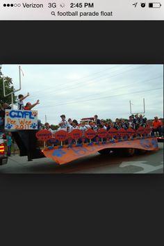 Football float Football Homecoming, Homecoming Parade, Football Cheer, Football Decor, Homecoming Ideas, Baseball Mom, Football Players, Kids Parade Floats, Christmas Float Ideas