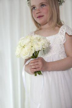 Hvite roser i brudepikebuketten. Girls Dresses, Flower Girl Dresses, Wedding Dresses, Rose, Flowers, Fashion, Dresses Of Girls, Bride Dresses, Moda