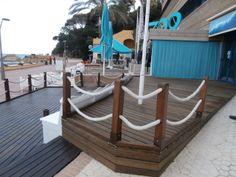 Tarima de fusta tractada instal·lada a una guingueta al passeig de lloret de mar.