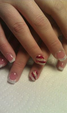 Accent nail – pearl base with red stripes
