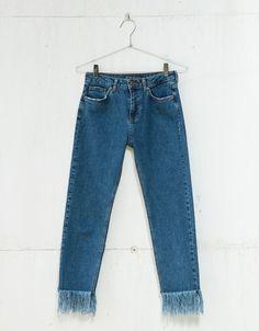 Jeans cropped desflecado largo. Descubre ésta y muchas otras prendas en Bershka con nuevos productos cada semana