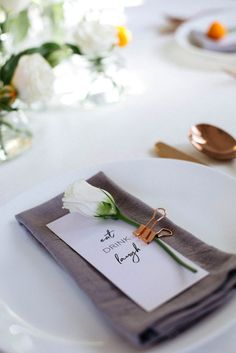 How to style a floral table setting: an easy step by step guide! Tablescapes | Floral | Floral Tablescape | Flowers | Flower decor | Minimal Decor | Minimal Table setting | Free downloadable place cards | Copper | Rose Gold | Copper Cutlery | Table cards | Roses | Chamomile | How to set a table
