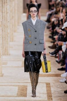 See all the Collection photos from Miu Miu Spring/Summer 2020 Ready-To-Wear now on British Vogue Sleeveless Blazer Outfit, Sleeveless Jacket, Blazer Outfits, Fashion 2020, Fashion Show, Fashion Design, Miu Miu, Tweed, Ready To Wear