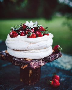 """Pavlova, Eton mess and """"perfect"""" meringues. The Pavlova was named for the famous early century Ballerina Anna Pavlova after her trip to Australia. Just Desserts, Delicious Desserts, Dessert Recipes, Yummy Food, Meringue Pavlova, Meringue Cake, Pavlova Cake, Meringue Food, Anna Pavlova"""