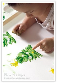 วันนี้ชวนน้องภูมิใช้นิ้วเล่นสีกัน เราจะวาดรูปต้นคริสตมาสไปแจกเพื่อนบ้าน เพราะพรุ่งนี้เป็นวันคริสตมาส ^^เล็กเริ่มจากการสอนให้น้องภูมิใช้นิ้วเขี่ยๆ ให้เป็นรูปต้นคริสตมาส แล้วถามน้องภูมิว่าทำเองได้ไม๊...