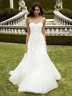 White wedding dress. All brides dream of finding the most appropriate wedding day, but for this they need the ideal bridal gown, with the bridesmaid's outfits actually complimenting the brides dress. The following are a number of ideas on wedding dresses.