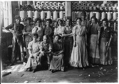 1908 Operatives in Indianapolis Cotton Mill. by Lewis Hine Shorpy Historical Photos, Historical Pictures, Art Nouveau, Belle Epoque, Cotton Mill, King Cotton, Fotografia Social, Lewis Hine, Kiss Of Death