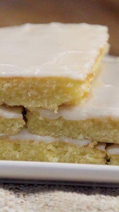 Bocaditos de limón con un glaseado especial cake wedding cake kindergeburtstag ohne backen rezepte schneller cake cake Lemon Desserts, Lemon Recipes, Sweet Recipes, Delicious Desserts, Dessert Recipes, Coconut Sheet Cakes, Sheet Cake Recipes, Food Cakes, Savoury Cake
