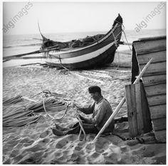 Furadouro (Portugal), gardien d'une barque de pêche, 1954