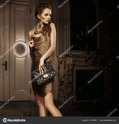 Элегантный красивая женщина держит мешок в одноместном номере — стоковое изображение #141746952