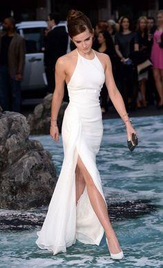 Emma Watson veste Kalvin Klein, vestido branco com fenda